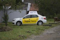 Berezniki, RUSSLAND - 11. September 2017: Yandex-Taxi an der Stadtstraße in Russland Stockfotos
