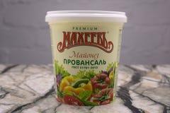 Berezniki Ryssland, April 12, 2018 majonnäs Provencal i plast- krus royaltyfri fotografi