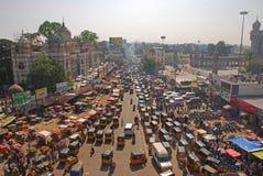 Überfüllte Straße mit öffentlichen Transportmitteln Lizenzfreies Stockfoto