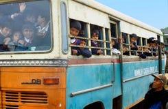 Überfüllter Schulbus Stockfoto