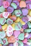 Überfluss an den süßen Liebesmeldungen am Valentinsgrußtag. Stockfoto