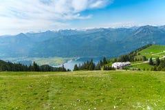 Bergöverkant för St Wolfgang med sjö- och stadssikt fotografering för bildbyråer