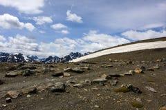 Bergöverkant med snö Fotografering för Bildbyråer