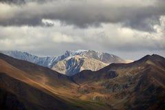 Bergöverkant under en stormig himmel med mörker - apelsinframdelplan royaltyfri foto