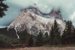Bergöverkanten täckas med moln arkivbild