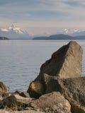 Berg över en sjö Royaltyfria Bilder