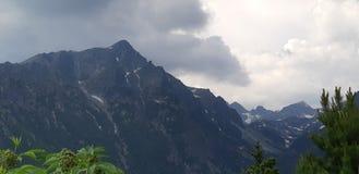 berg över regn arkivbild