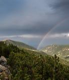 berg över regnbågen Royaltyfri Foto