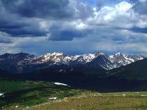berg över storm arkivbild