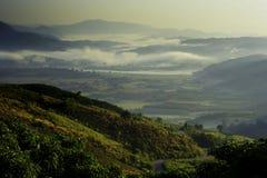 Berg überlagert Ansichtweißwolke Stockfotografie
