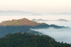 Berg überlagert morgens lizenzfreies stockbild