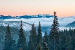 Berg übersteigt im Schnee, im Panorama von Berghängen und im Hügel Stockfotos