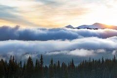 Berg übersteigt im Schnee, im Panorama von Berghängen und im Hügel Stockfoto