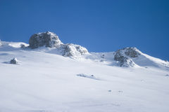 Berg abgedeckt im Schnee Stockbilder