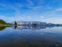 Berg achter het meer Stock Foto