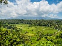 Berg Agung eingehüllt in Wolke in Bali Indonesien stockfotografie