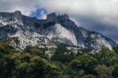 Berg Ai-Petri steigt über den Wald und den Steinturm Stockfotos