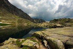 Berg alke en wolken over horizon Royalty-vrije Stock Afbeelding