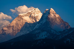 Berg Ama Dablam (6814 m) bij zonsondergang. Himalayagebergte. Nepal Stock Afbeeldingen