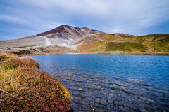 Berg Asahidake mit Sugatami-Teich Stockbilder