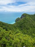 Berg auf Insel und Meerblick Stockbild