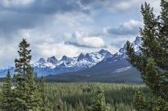 Berg av den pilbågedalBanff nationalparken Alberta Canada Arkivfoton