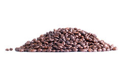 Berg av kaffebönor som isoleras på vit bakgrund Arkivfoton