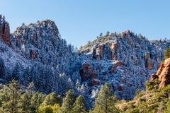 Berg av Sedona, Arizona efter ett nytt snöfall Arkivfoto