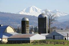 Berg-Bäcker-und Bauernhof-Silos Lizenzfreie Stockfotos