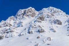 Berg bedeckt mit Schnee in der Winterzeit stockbild