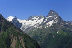 Berg Belalakaya och tand Sufrudzhu (Sofrudzhu), Kaukasuset, Ryssland Royaltyfria Foton