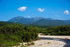 Berg Belaya och Lisaya på horisonten Royaltyfri Bild
