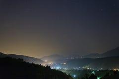 Berg beskådar på natten med stjärnor Arkivfoton