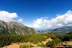 Berg beskådar Tatra berg i Polen fotografering för bildbyråer