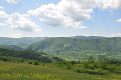 Berg, bewolkte hemel als achtergrond Royalty-vrije Stock Fotografie