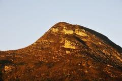Berg bij zonsondergang Royalty-vrije Stock Foto's
