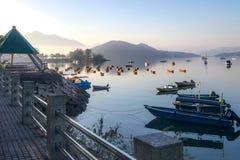 Berg, blauer Himmel, Boote, Yacht und Segelboote auf dem See Lizenzfreie Stockbilder