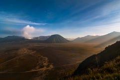 Berg Bromo mit Batok-moutain Lizenzfreie Stockbilder
