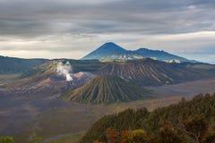Berg Bromo-Vulkan u. x28; Gunung Bromo& x29; während bewölkten Lizenzfreies Stockbild