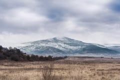 Berg in Bulgarien-Landschaft nahe Koprivshtitsa im Winter Stockfotos