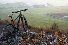 berg-bycicle med härlig landskapbild arkivfoton
