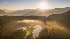 Berg Caumasee Switzeland flyg- 4k för soluppgångdimmasjö stock video