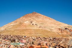 Berg Cerro Rico in de stad van Potosi, zilveren mijn in Bolivi? stock foto