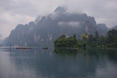 Berg in Chao Lan Dam Stockbilder
