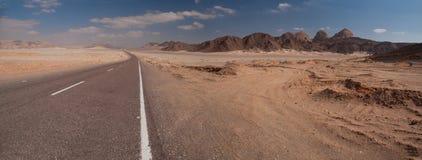 Berg in de de Sinai woestijn en wegen Royalty-vrije Stock Foto's