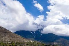 Berg in de donkere wolk en de mist Stock Fotografie