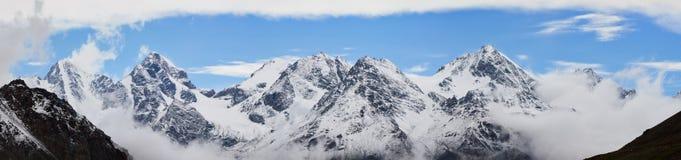 Berg in de Wolken Royalty-vrije Stock Foto's
