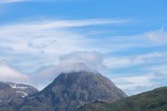 Berg in de wolken Mooie blauwe hemel noorwegen royalty-vrije stock foto's