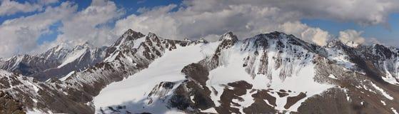 Berg in de Wolken. Panorama Royalty-vrije Stock Afbeelding