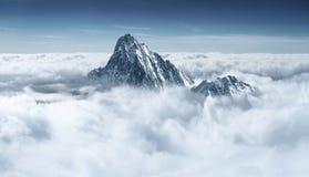 Berg in den Wolken Stockbild